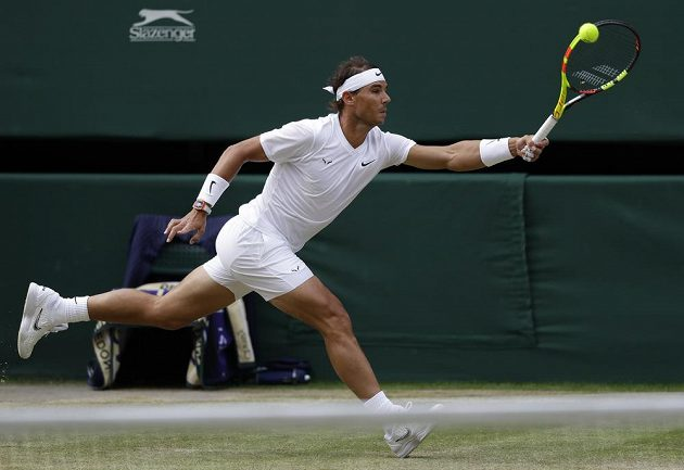 Španělský tenista Rafael Nadal returnuje během semifinále Wimbledonu.