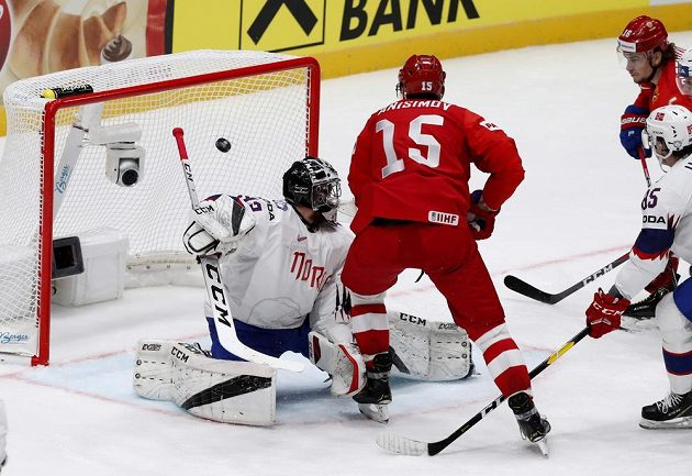 Ruský hokejista Arťjom Anisimov střílí gól do sítě Norska na mistrovství světa.