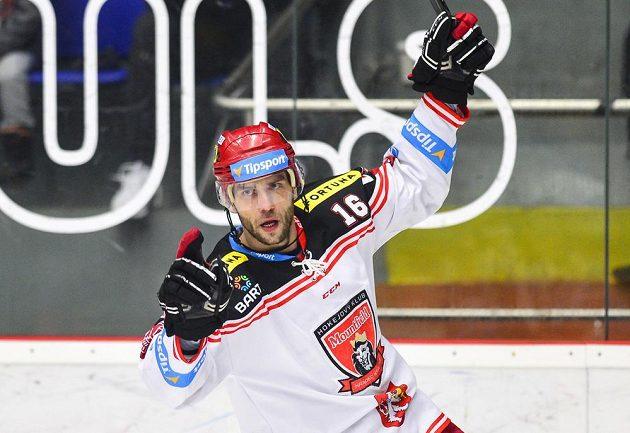 Roman Kukumberk z Hradce Králové oslavuje gól proti Plzni.