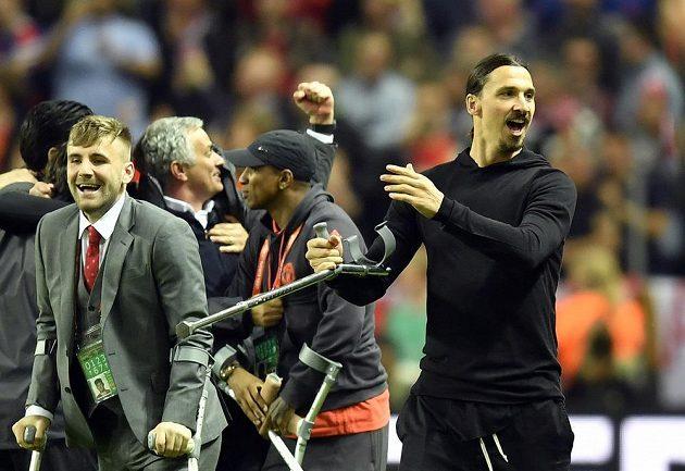 Pro pohár si došli i momenátlně zranění hráči Manchesteru United v čele se Zlatanem Ibrahimovicem (vpravo). Vlevo obránce Luke Shaw.