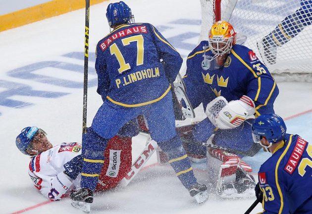 Boj před švédskou brankou v utkání Channel One Cupu.