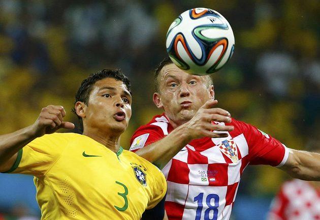 Brazilský obránce Thiago Silva (vlevo) v souboji s Chorvatem Ivicou Oličem.