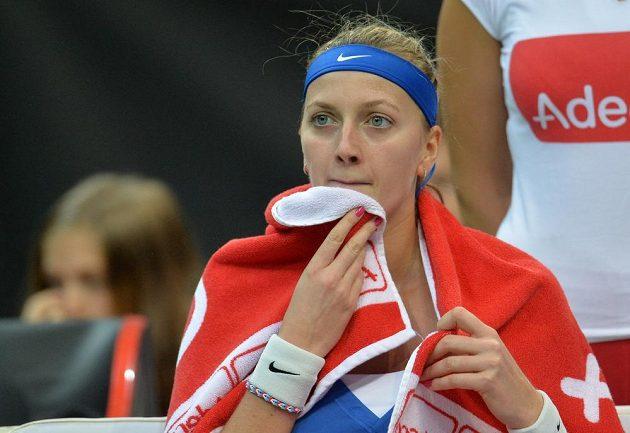 Česká reprezentantka Petra Kvitová během úvodní dvouhry finále Fed Cupu.