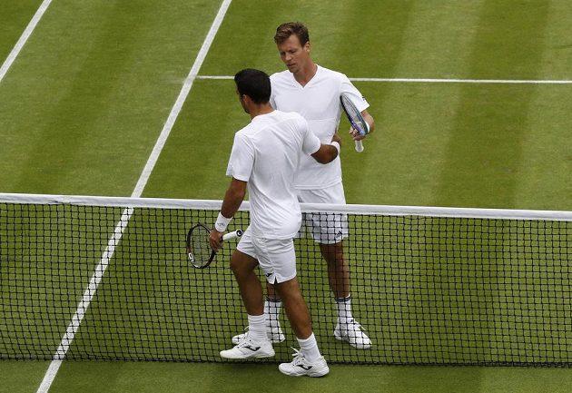 Český tenista Tomáš Berdych (dále) si podává ruku s Chorvatem Ivanem Dodigem po vítězství v prvním kole Wimbledonu.