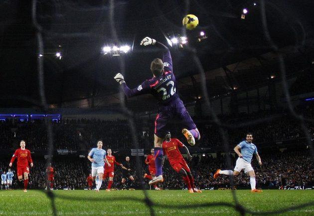 Střelu Alvara Negreda z Manchesteru City (vprav) vyráží brankář Liverpoolu Simon Mignolet pouze do vlastní sítě.
