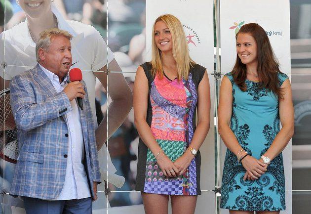 Dvojnásobná vítězka tenisového Wimbledonu Petra Kvitová (uprostřed) a semifinalistka turnaje Lucie Šafářová (vpravo) na setkání s fanoušky v Prostějově. Na snímku vlevo je šéf společnosti TK PLUS Miroslav Černošek.