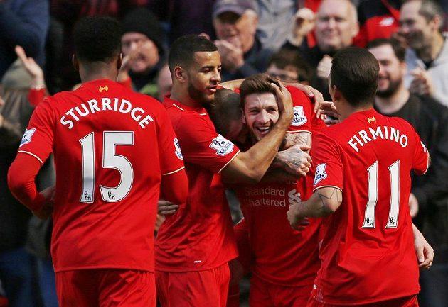 Adam Lallana (uprostřed) z Liverpoolu se raduje z gólu proti Newcastlu.