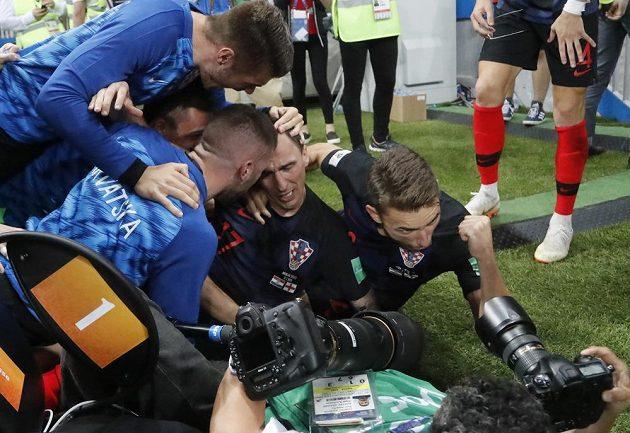 Slavící Chorvaté zalehli v euforii i fotografa Yuri Corteze z AFP. A vůbec jim to nevadilo...