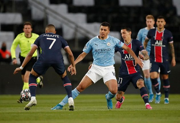 Rodrigo z Manchesteru City mezi Kylianem Mbappém a Ángelem di Maríou z PSG.