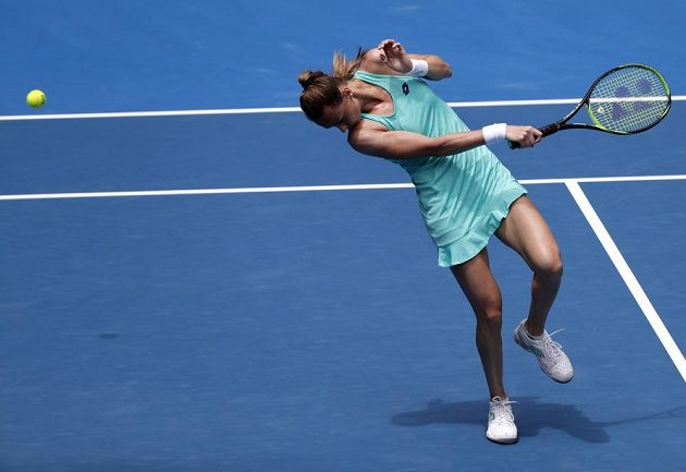 Magdalena Rybáriková se vyhýbá míčku po úderu Caroline Wozniacké.