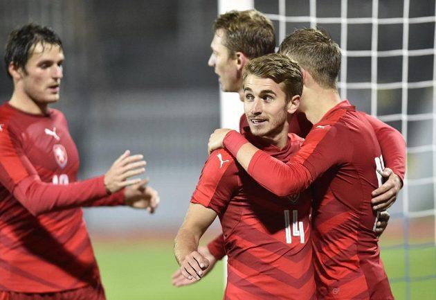 Zleva Milan Havel, Lukáš Juliš, Dominik Mašek a Václav Černý se radují ze čtvrtého gólu proti Moldavsku.