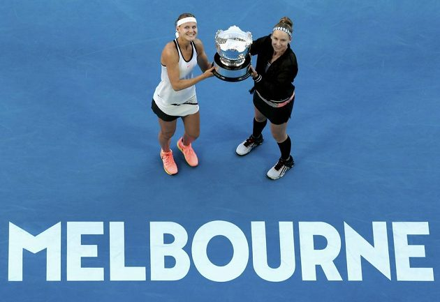 Staronové vítězky Australian Open: Lucie Šafářová (vlevo) a Bethanie Matteková-Sandsová.