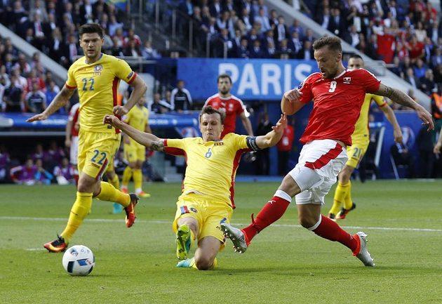 Haris Seferovic (vpravo) ze Švýcarska svoji šanci neproměnil, přestože obranný zákrok Vlada Chirichese přišel pozdě.