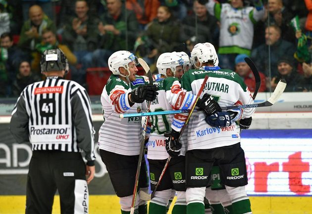 Hráči Karlových Varů se radují z prvního gólu.