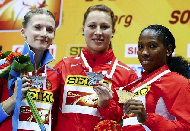 Tyčkařka Jiřina Svobodová (uprostřed) pózuje se stříbrnou medailí na halovém mistrovství světa v atletice. Vlevo Anželika Sidorovová z Ruska, která se s českou reprezentantkou podělila o druhé místo. Vpravo zlatá Yarisley Silvaová z Kuby.