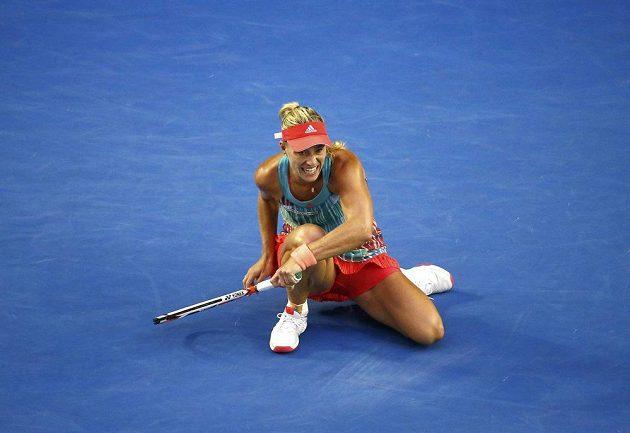 Německá tenistka Angelique Kerberová na kolenou po jednom z úderů ve finále ženské dvouhry na letošním Australian Open.