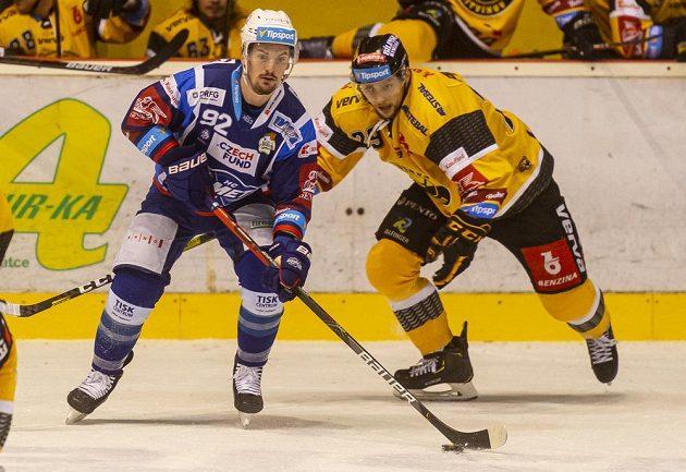 Petr Holík z Brna a Tomáš Pavelka z Litvínova během utkání hokejové extraligy.
