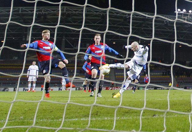 Fotbalista Dinama Minsk Nenad Adamovič dává gól proti Plzni v pátém kole Evropské ligy.