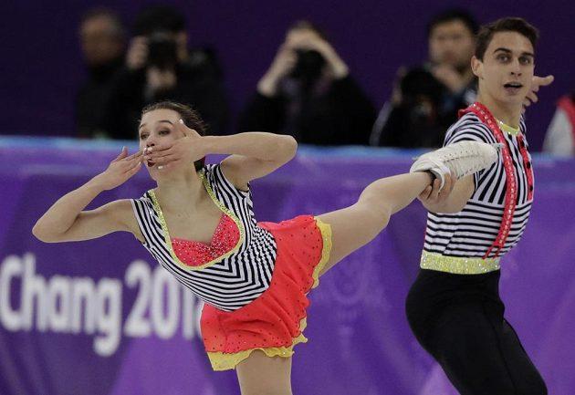 Vzdušný polibek Anny Duškové doprovázený pózou Martina Bidaře během volné jízdy v soutěži sportovních dvojic na olympiádě.