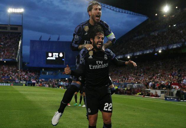 Isco z Realu a Sergio Ramos po gólu proti Atlétiku.