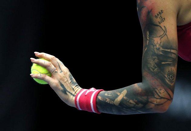 Charakteristické tetování na levé paži Terezy Martincové.