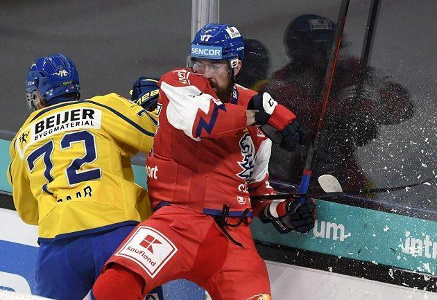 Švédský hokejista Daniel Zaar v souboji s českým reprezentantem Filipem Hronkem během utkání Karjala Cupu.