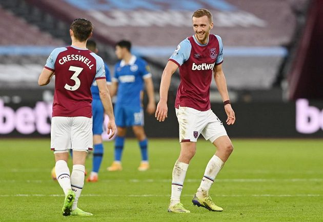 Tomáš Souček z West Hamu se raduje z gólu proti Brightonu s Aaronem Cresswellem.