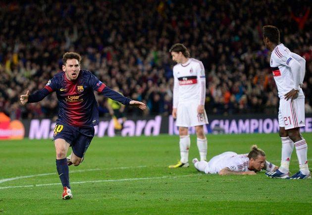 Lionel Messi z Barcelony se raduje z gólu do sítě AC Milán.