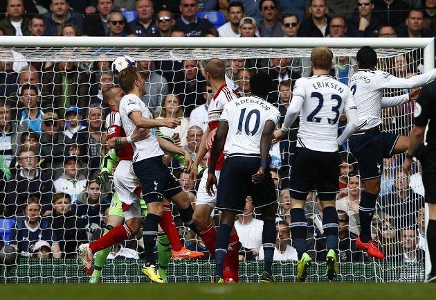 Tottenhamský Harry Kane (druhý zleva) dává gól Fulhamu.