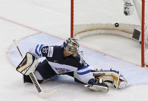 Finský brankář Pekka Rinne na střelu kanadského útočníka Kylea Turrise nedosáhl.