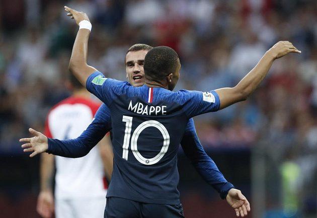 Francouzi Kylian Mbappé a Antoine Griezmann oslavují gól Paula Pogby (není na snímku).