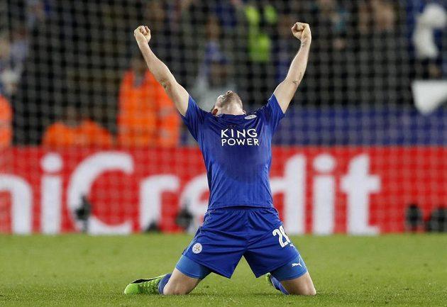 Je to tam! Christian Fuchs si užívá postupovou radost z Leicesteru.