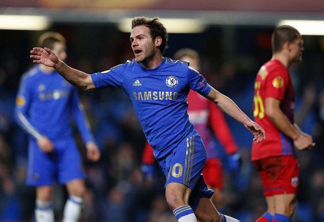 Juan Mata z Chelsea se raduje z gólu proti Steaue v odvetě osmifinále Evropské ligy.