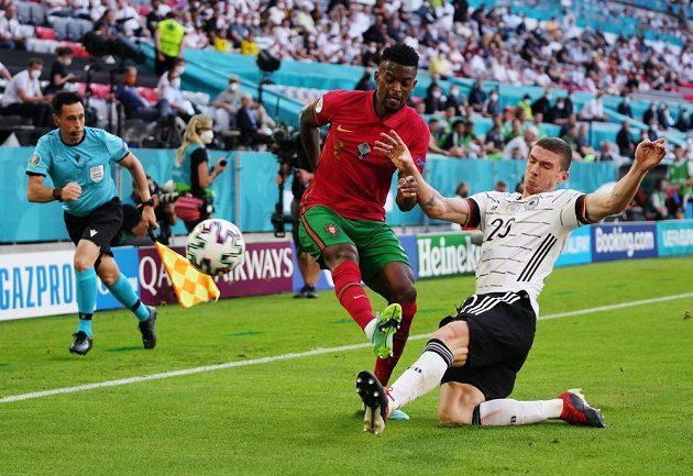 Portugalec Nelson Semedo (vlevo) v souboji s Němcem Robiem Gosensem v utkání skupiny F na ME ve fotbale.