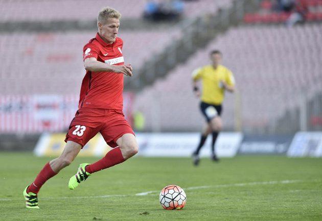 Brněnský útočník Michal Škoda střílí gól do sítě Jihlavy v utkání 28. kola fotbalové Synot ligy.