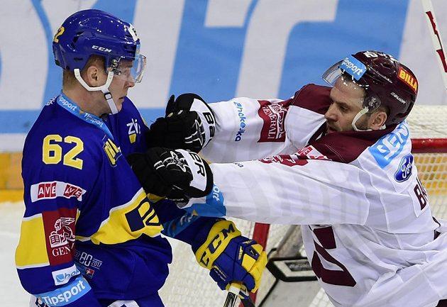 Sparťanský obránce Michal Barinka (vpravo) a Robert Říčka ze Zlína v zápase 8. kola hokejové Tipsport extraligy.