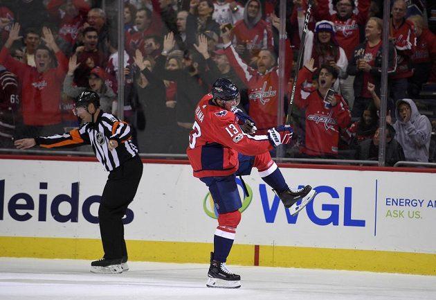 Jakub Vrána z Washingtonu se raduje ze své druhé branky v utkání proti Ottawě.