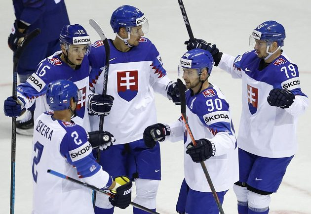 Slovenská hokejová radost po gólu do sítě Francie v utkání mistrovství světa.