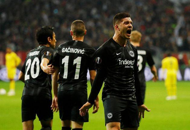 Fotbalisté Frankfurtu se radují z úvodní branky utkání