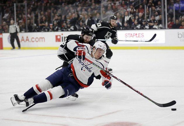 Český útočník Washingtonu Capitals Jakub Vrána padá po souboji v utkání NHL.