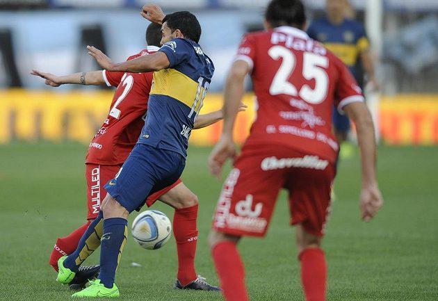 Carlos Tévez z týmu Boca Juniors (druhý zleva) nešťastně zlomil nohu soupeři Ezequielu Hamovi z Argentinos Juniors.