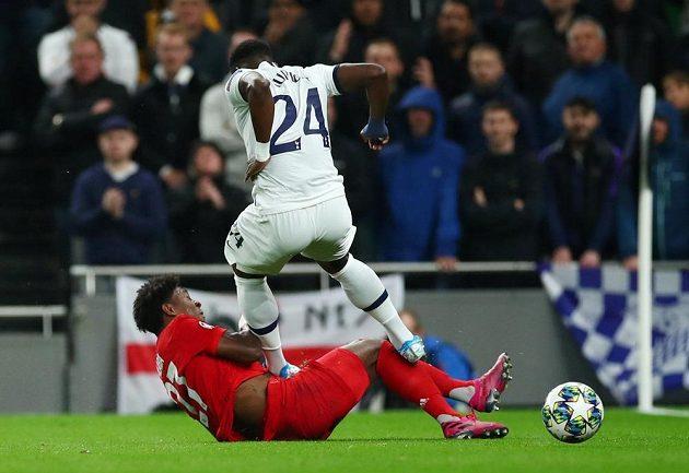 Fotbalista Tottenhamu Hotspur Serge Aurier v akci během utkání s Bayernem.