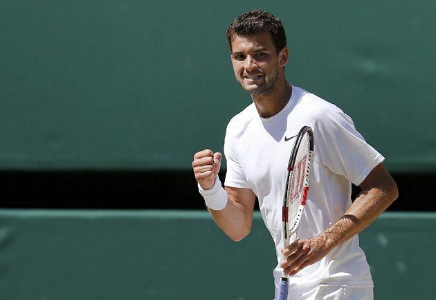 Grigor Dimitrov se raduje z výhry v druhém setu semifinále Wimbledonu nad Novakem Djokovičem.