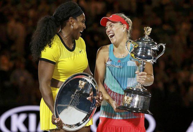 Vítězka letošního Australian Open Angelique Kerberová (vpravo) a poražená finalistka Serena Williamsová.