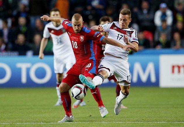 Jiří Skalák (vlevo) v tvrdém souboji s Joshuou Kimmichem z Německa.