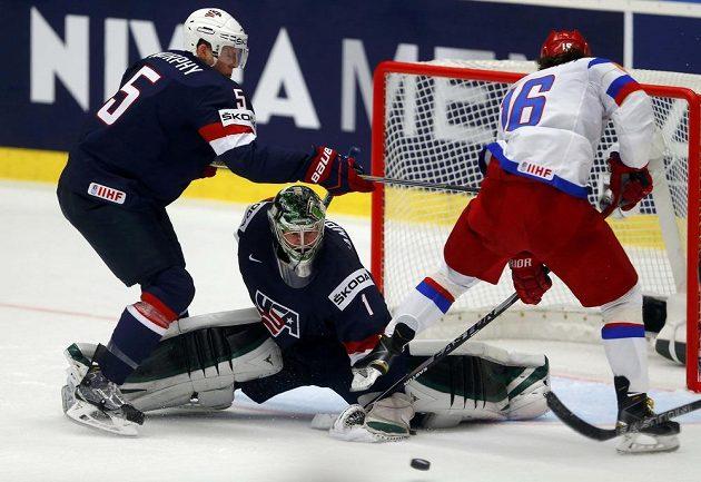 Brankář Spojených států Jack Campbell zasahuje proti Rusovi Sergeji Plotnikovovi.
