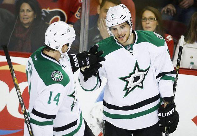 V dresu Dallasu se blýskli Tyler Seguin (vpravo) a Jamie Benn, kteří zničili Calgary.