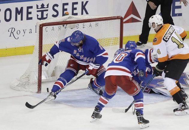 Puk odražený po střele Jakuba Voráčka (není na snímku) míří podruhé do branky New York Rangers.