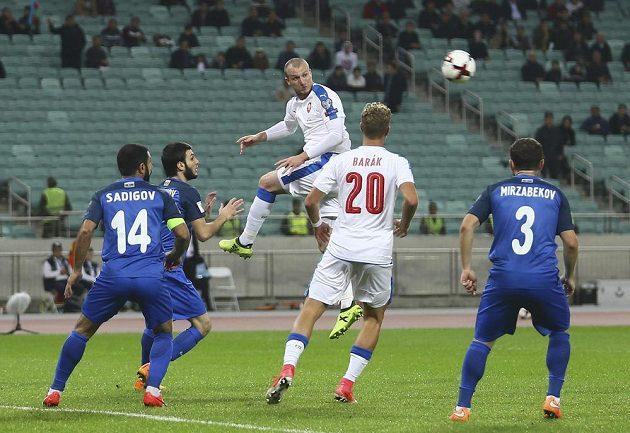Michael Krmenčík se snaží hlavičkou ohrozit ázerbájdžánskou branku.