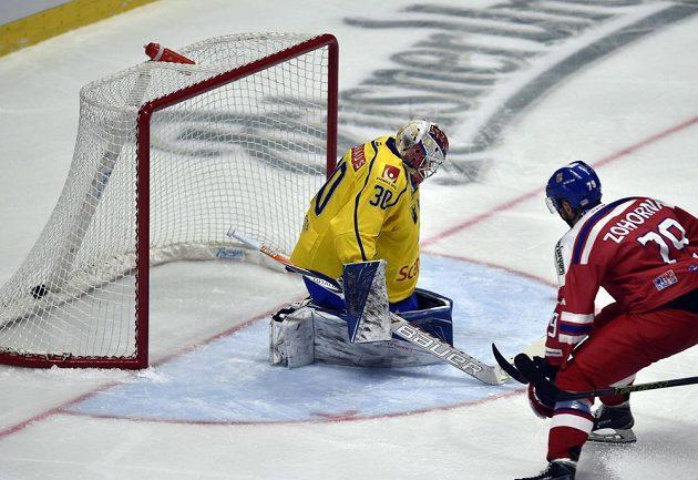 Tomáš Zohorna dává gól švédském brankáři Viktoru Fasthovi.